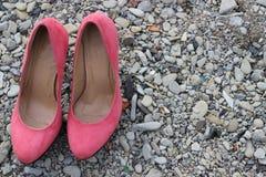 ξεχασμένα τακούνια του ομορφότερου κοριτσιού στους βράχους στοκ εικόνες με δικαίωμα ελεύθερης χρήσης