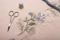 Ξεχασμένη κεντητική τεχνών Το ύφασμα, νήμα, βελόνα, δακτυλήθρα, ψαλίδι Στοκ εικόνα με δικαίωμα ελεύθερης χρήσης