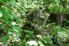 Ξεχασμένο παλαιό εγκαταλειμμένο νεκροταφείο στα ξύλα Σπασμένο σοβαρό monu Στοκ Εικόνες