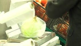 Ξελέπιασμα του λάχανου στην υπεραγορά απόθεμα βίντεο