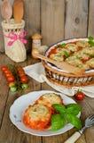 Ξεδιπλώστε τη ζύμη με τον κιμά στη φυτική σάλτσα Στοκ φωτογραφία με δικαίωμα ελεύθερης χρήσης