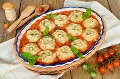 Ξεδιπλώστε τη ζύμη με τον κιμά στη φυτική σάλτσα Στοκ εικόνα με δικαίωμα ελεύθερης χρήσης