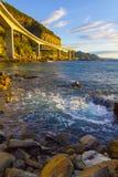 Ξημερώματα γεφυρών απότομων βράχων θάλασσας Στοκ Φωτογραφίες