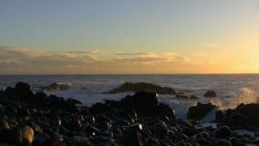 Ξημερώματα στην παραλία πετρών απόθεμα βίντεο