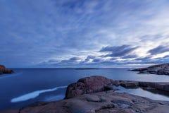 Ξημερώματα στη δύσκολη ακτή θάλασσας Στοκ φωτογραφίες με δικαίωμα ελεύθερης χρήσης