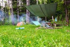 Ξημερώματα στο στρατόπεδο σκηνών στην άκρη του δάσους στοκ φωτογραφία με δικαίωμα ελεύθερης χρήσης
