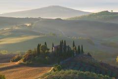 ξημερώματα Τοσκάνη Άποψη του πανοραμικού πυργίσκου βιλών, Ιταλία Στοκ Φωτογραφίες