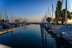 Ξημερώματα το καλοκαίρι σε έναν μικρό λιμένα στη λίμνη Constance στοκ φωτογραφίες