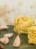 Ξηρά άψητα νουντλς αυγών και γαρίφαλα του σκόρδου στοκ φωτογραφία