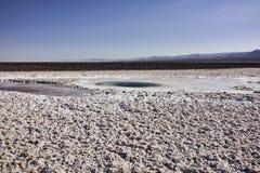 Ξηρά ξηρά έκταση και βουνά ερήμων Atacama στην απόσταση Στοκ Φωτογραφίες