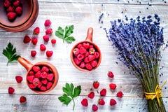 Ξηρά ανθοδέσμη και σμέουρο laveder στην ξύλινη τοπ άποψη υποβάθρου Στοκ φωτογραφίες με δικαίωμα ελεύθερης χρήσης