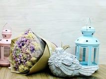 Ξηρά ανθοδέσμη λουλουδιών και ελαφρύ εγχώριο ντεκόρ κεριών στοκ εικόνες