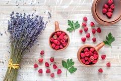 Ξηρά ανθοδέσμη και σμέουρο laveder στο ξύλινο πρότυπο άποψης υποβάθρου τοπ Στοκ Φωτογραφίες