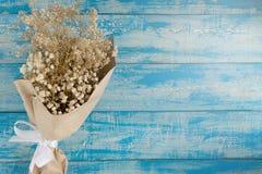 Ξηρά ανθοδέσμη σε ένα μπλε αγροτικό υπόβαθρο Στοκ Εικόνες
