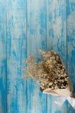 Ξηρά ανθοδέσμη σε ένα μπλε αγροτικό υπόβαθρο Στοκ φωτογραφίες με δικαίωμα ελεύθερης χρήσης