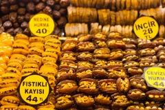 Ξηρά βερίκοκα με τα καρύδια Στοκ Φωτογραφίες