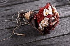 Ξηρά γαμήλια ανθοδέσμη λουλουδιών στο εκλεκτής ποιότητας ξύλο Στοκ Φωτογραφίες