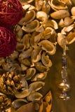Ξηρά εγκαταστάσεις ποτ πουρί Aromatherapy και καρύδια λουλουδιών Στοκ Εικόνα