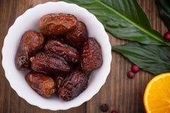 Ξηρά εξωτικά φρούτα ημερομηνιών σε ένα πιάτο σε ένα αγροτικό ύφος Ξύλινη ανασκόπηση Τοπ όψη Κινηματογράφηση σε πρώτο πλάνο Στοκ φωτογραφία με δικαίωμα ελεύθερης χρήσης