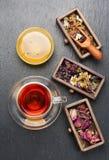 Ξηρά ιατρικά χορτάρια στα ξύλινα κιβώτια και το βοτανικό τσάι θεραπείας, Στοκ φωτογραφίες με δικαίωμα ελεύθερης χρήσης