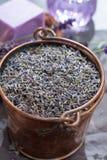 Ξηρά και φρέσκα lavender λουλούδια, συστατικά για aroma spa το trea Στοκ Εικόνες