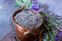 Ξηρά και φρέσκα lavender λουλούδια, συστατικά για aroma spa το trea Στοκ Φωτογραφίες