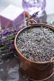 Ξηρά και φρέσκα lavender λουλούδια, συστατικά για aroma spa το trea Στοκ Φωτογραφία