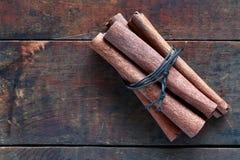 Ξηρά κανέλα στο ξύλο Στοκ φωτογραφία με δικαίωμα ελεύθερης χρήσης
