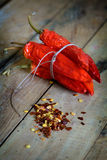 Ξηρά κόκκινα πιπέρια, νιφάδες και σπόροι τσίλι Στοκ φωτογραφία με δικαίωμα ελεύθερης χρήσης