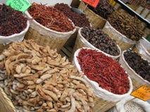 Ξηρά κόκκινα πιπέρια τσίλι στα καλάθια για την πώληση Στοκ φωτογραφίες με δικαίωμα ελεύθερης χρήσης