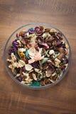 Ξηρά λουλούδια και χορτάρια στο πιάτο γυαλιού - aromatherapy Στοκ φωτογραφία με δικαίωμα ελεύθερης χρήσης