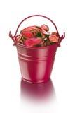 Ξηρά λουλούδια στον πορφυρό κάδο - μονοπάτι ψαλιδίσματος Στοκ φωτογραφίες με δικαίωμα ελεύθερης χρήσης