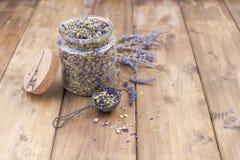 Ξηρά λουλούδια lavender και mallow σε ένα ξύλινο υπόβαθρο υγεία φυσική Aromatherapy Ελεύθερου χώρου για το κείμενο διάστημα αντιγ Στοκ Εικόνα
