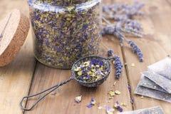 Ξηρά λουλούδια lavender και mallow σε ένα ξύλινο υπόβαθρο υγεία φυσική Aromatherapy Ελεύθερου χώρου για το κείμενο διάστημα αντιγ Στοκ Φωτογραφία