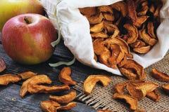 Ξηρά μήλα στο σάκο και τα μήλα Στοκ Εικόνα