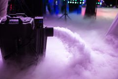 Ξηρά μηχανή ομίχλης πάγου χαμηλή με τα χέρια επάνω για το γαμήλιο πρώτο χορό στα εστιατόρια στοκ φωτογραφία με δικαίωμα ελεύθερης χρήσης