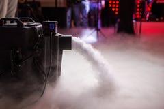Ξηρά μηχανή ομίχλης πάγου χαμηλή με τα χέρια επάνω για το γαμήλιο πρώτο χορό στα εστιατόρια στοκ εικόνα με δικαίωμα ελεύθερης χρήσης