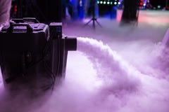 Ξηρά μηχανή ομίχλης πάγου χαμηλή με τα χέρια επάνω για το γαμήλιο πρώτο χορό στα εστιατόρια στοκ εικόνα