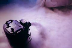Ξηρά μηχανή ομίχλης πάγου χαμηλή με τα χέρια επάνω για το γαμήλιο πρώτο χορό στα εστιατόρια στοκ φωτογραφία