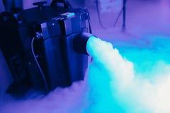 Ξηρά μηχανή ομίχλης πάγου χαμηλή με τα χέρια επάνω για το γαμήλιο πρώτο χορό στα εστιατόρια στοκ εικόνες
