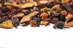 Ξηρά μούρα και φρούτα Τσάι φρούτων Ζωηρόχρωμα κομμάτια των φρούτων Πλάγια όψη στοκ φωτογραφίες