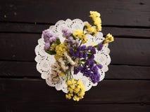 Ξηρά λουλούδια σε έναν πίνακα Στοκ Φωτογραφία