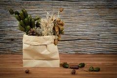Ξηρά λουλούδια σε μια τσάντα εγγράφου Στοκ φωτογραφίες με δικαίωμα ελεύθερης χρήσης