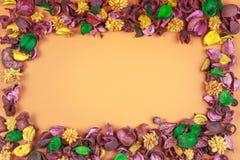 ξηρά λουλούδια σύνθεσης Πλαίσιο φιαγμένο από ξηρά λουλούδια και φύλλα Η τοπ άποψη, επίπεδη βάζει Στοκ Φωτογραφία