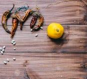 Ξηρά πιπέρια στον ξύλινο πίνακα Στοκ Εικόνες