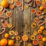Ξηρά πορτοκάλια και γλυκά στο ξύλινο υπόβαθρο Στοκ Εικόνες