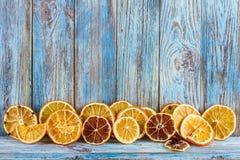 Ξηρά πορτοκάλια στο ξύλινο υπόβαθρο, τα Χριστούγεννα ή το νέο υπόβαθρο έτους, ευχετήρια κάρτα προτύπων Στοκ εικόνα με δικαίωμα ελεύθερης χρήσης