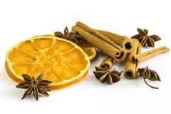 Ξηρά πορτοκαλιά δαχτυλίδια, μερικά αστέρια γλυκάνισου και ραβδιά κανέλας Στοκ Εικόνες