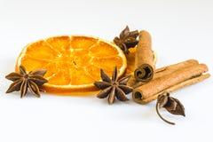 Ξηρά πορτοκαλιά δαχτυλίδια με τα αστέρια κανέλας και γλυκάνισου Στοκ φωτογραφία με δικαίωμα ελεύθερης χρήσης