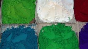 Ξηρά σκόνη χρώματος για την πώληση στην τοπική αγορά στο Κατμαντού, Νεπάλ φιλμ μικρού μήκους
